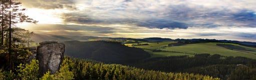与砂岩,波希米亚岩石的五颜六色的夏天风景  免版税库存图片
