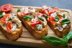 与砍的可口传统意大利开胃小菜bruschetta 免版税库存图片