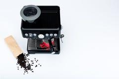 与研磨机和红色咖啡杯的黑手工咖啡壶和袋子在白色背景的新近地烤咖啡豆 免版税图库摄影