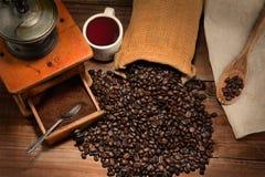 与研磨机的咖啡静物画 免版税图库摄影