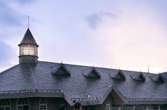 与砖倾斜的屋顶和塔的传统建筑 库存照片