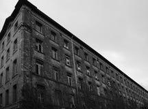 与砖和残破的窗口的被毁坏的工厂厂房 免版税库存照片