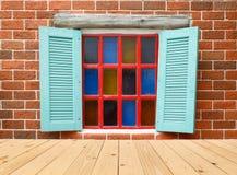 与砖块的木窗口 免版税图库摄影