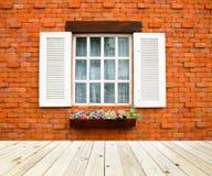 与砖块的木窗口 免版税库存照片