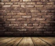 与砖墙和木地板的内部 图库摄影
