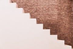 与砖墙的具体楼梯在建筑业住宅房屋建设  免版税库存照片