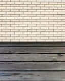 与砖墙的木桌 免版税图库摄影