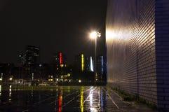 与砖墙的现代城市风景 免版税库存图片