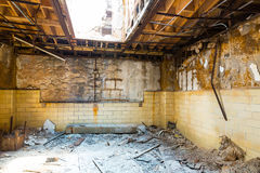 与砖墙的老监狱内部 免版税库存图片