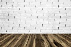 与砖墙的透视木板条地板或步行方式 免版税图库摄影