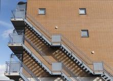 与砖墙的防火梯 免版税库存照片