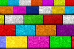 与砖墙纹理的许多五颜六色的纸板 免版税库存图片