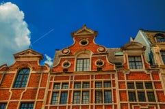 与砖的门面和窗口装饰了大约富兰德样式在布鲁塞尔 免版税库存图片