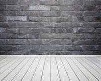 与砖石头的室内部铺磁砖墙壁和木头地板backgro 库存照片