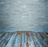 与砖石头的室内部铺磁砖墙壁和木头地板backgro 免版税库存照片