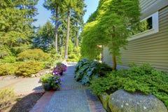 与砖走道的美好的家庭exterioir在庭院里 库存图片