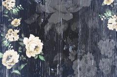 与破旧的别致的葡萄酒玫瑰的被剥皮的木纹理 免版税库存图片