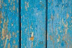 与破旧的蓝色油漆的老木纹理 免版税库存图片