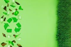 与破碎玻璃的绿色垃圾桶 免版税库存图片