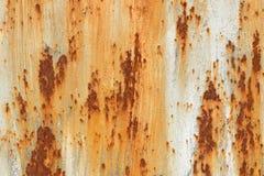 与破裂的油漆橙色白色棕色概略的纹理长方形形状的生锈的金属背景 免版税图库摄影