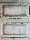与破裂的油漆的白色门 免版税库存图片