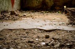 与破裂的瓦片的残破的地板在失去的abandonend大厦 免版税库存图片