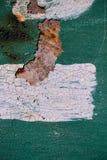 与破裂的绿色油漆的生锈的金属表面,抽象生锈的金属纹理,与白色pai小条的绿色生锈的金属背景  免版税库存照片
