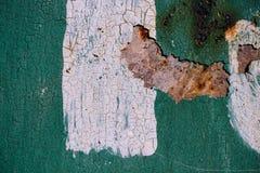 与破裂的绿色油漆的生锈的金属表面,抽象生锈的金属纹理,与白色pai小条的绿色生锈的金属背景  图库摄影