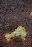 与破裂的绿色油漆的生锈的金属表面,抽象生锈的金属纹理,生锈的金属背景,腐蚀,朽烂金属backgro 免版税库存照片