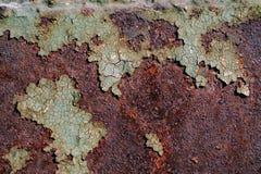 与破裂的绿色油漆的生锈的金属表面,抽象生锈的金属纹理,生锈的金属背景,腐蚀,朽烂金属backgro 免版税库存图片