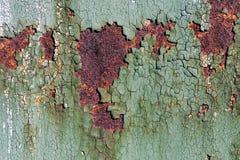 与破裂的绿色油漆的生锈的金属表面,抽象生锈的金属纹理,设计的生锈的金属背景与拷贝空间,惊叹 库存图片