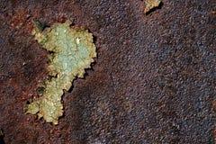 与破裂的绿色油漆,遇见的抽象生锈的生锈的金属表面 免版税库存图片