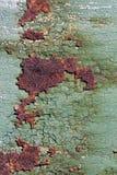 与破裂的绿色油漆,遇见的抽象生锈的生锈的金属表面 库存图片