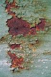 与破裂的绿色油漆,遇见的抽象生锈的生锈的金属表面 免版税库存照片