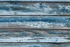 与破裂的颜色油漆的老蓝色破旧的木板条 免版税图库摄影