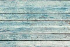 与破裂的颜色油漆的老蓝色破旧的木板条 免版税库存照片