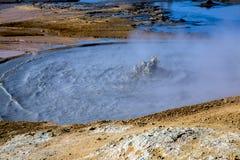 与硫磺的泥孔在地热区域 库存照片