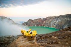 与硫磺的篮子在Kawah伊真火山krater,印度尼西亚 免版税图库摄影
