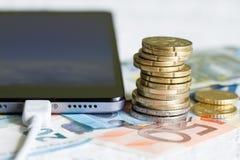 与硬币概念的电话和金钱欧元 免版税库存照片