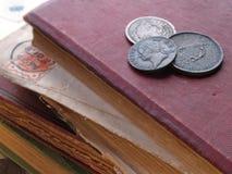 与硬币的书 免版税库存图片