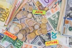 与硬币的另外欧元和美元钞票在书桌上 库存图片