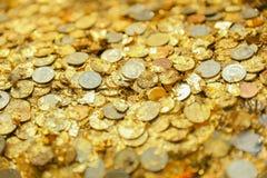 与硬币的特写镜头金黄板材箔在泰国寺庙菩萨 库存图片