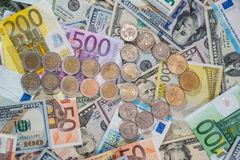 与硬币的箭头在美元和欧元背景  库存图片