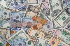 与硬币的箭头在美元和欧元背景  库存照片