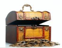 与硬币的被张开的古色古香的木宝物箱。 免版税库存照片