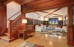 与硬木地板的豪华客厅内部和拱顶式顶棚和射线 免版税库存图片