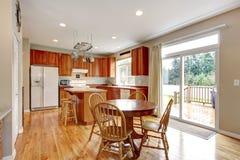 与硬木地板的经典大木厨房内部。 库存照片