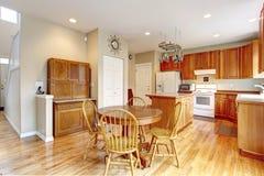 与硬木地板的经典大木厨房内部。 免版税库存图片