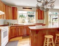 与硬木地板的经典大木厨房内部。 免版税库存照片