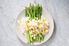 与碎屑的芦笋沙拉煮沸了鸡蛋和帕尔马干酪 免版税库存照片